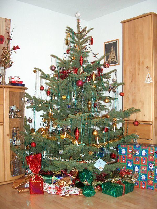 Geschenke unter dem geschmückten Tannenbaum