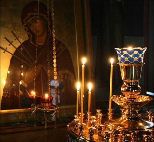 Russische Weihnachten-Kerzen in der Kirche